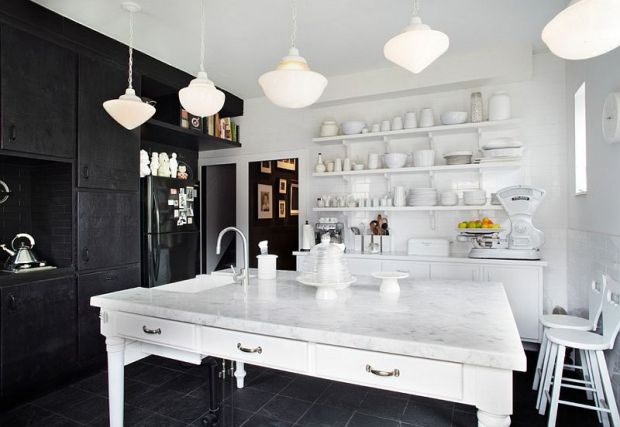 interesting-contrast-between-black-and-white-in-the-kitchen